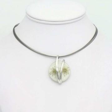 https://totem-tendance.fr/417-thickbox/collier-pendentif-fleurs-sechees-resine-et-metal-sur-cable-multi-brins.jpg