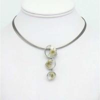 Collier pendentif cascade de fleurs séchées résine et métal sur câble multi brins