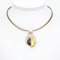 Collier pendentif sur câble multi-brins résine colorés sur une monture en métal argenté